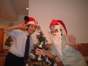 さいとう矯正さんでは挨拶周りをしたり、歯科医師会の活動を強化するのではなく、上記写真のような活動に力を入れました。2004年クリスマス写真。