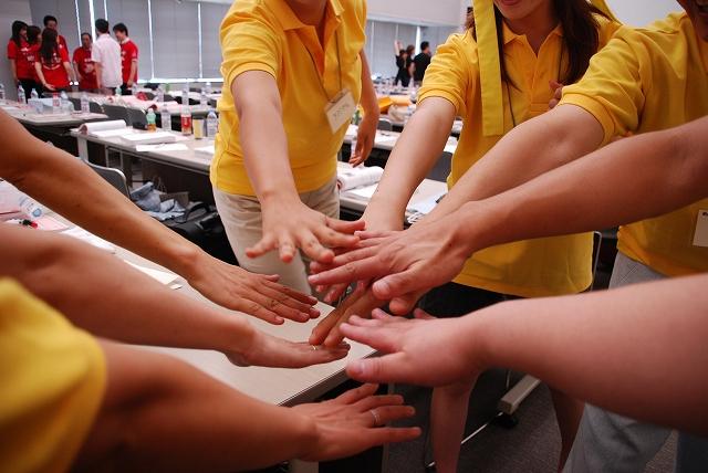 歯科医院経営塾では毎回、チームでエールをきります。歯科医院経営塾のチームでチーム作りを体感します。