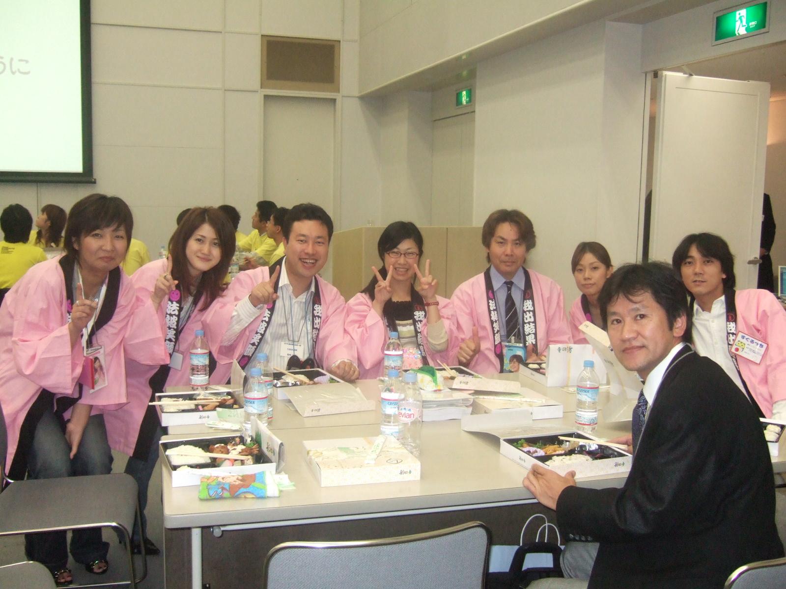 経営塾ではお昼もチームごとに食べます。ちなみに、お昼にもチームで話す宿題があります。